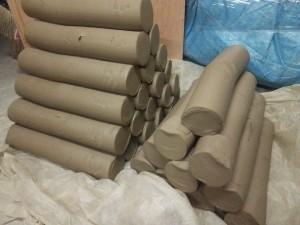 粘土は幾ら準備しても多すぎることはないが、冬場は水分量の調節が大変。部屋の中で粘土の保存をしつつ削った作品の乾燥もしているので粘土が蒸れてぐずぐずになりやすい。